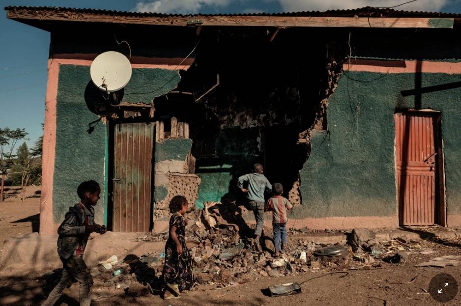 Bambini che giocano davanti a una casa nella regione del Tigray che è stata danneggiata nei combattimenti a dicembre.