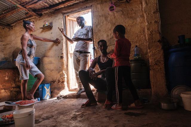 I rifugiati eritrei socializzano all'interno di una casa nel campo profughi di Mai Aini, in Etiopia, il 30 gennaio 2021.