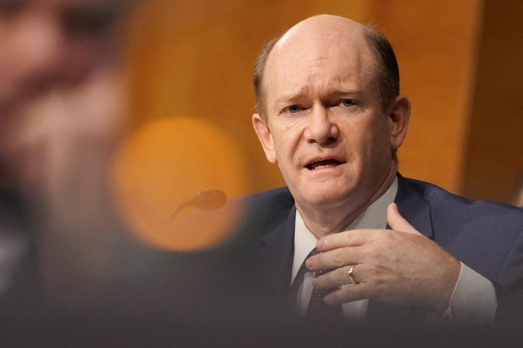 Il senatore Chris Coons interroga l'allora Segretario di Stato Mike Pompeo durante un'audizione della Commissione per le relazioni estere del Senato al Campidoglio di Washington, DC, il 30 luglio 2020. GREG NASH-POOL / GETTY IMAGES