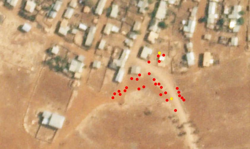 Chaque point rouge indique la localization d'un corps visible in the vidéo et deux points jaunes indiquent des personnes encore vivantes au moment de la prise de vue. © Image satellite datée du 19 février 2021, fournie par Planet Labs