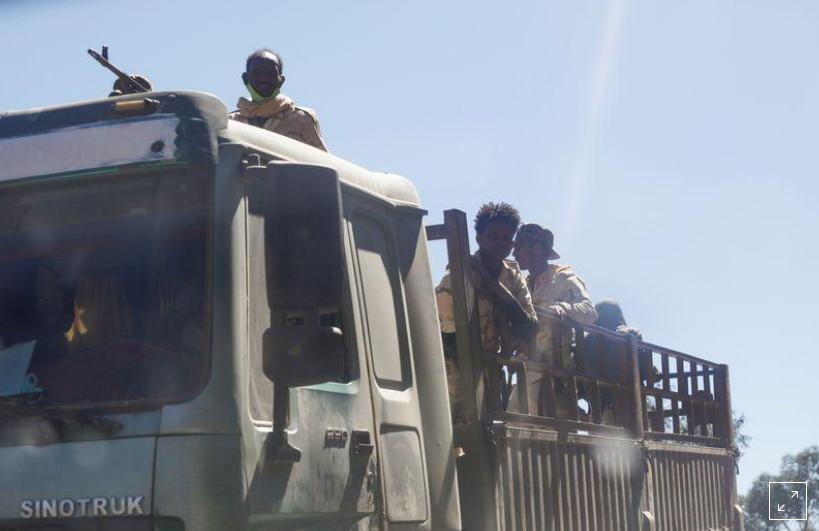 Truppe in uniforme eritrea sono viste su un camion vicino alla città di Adigrat, Etiopia, 14 marzo 2021. REUTERS / Baz Ratner