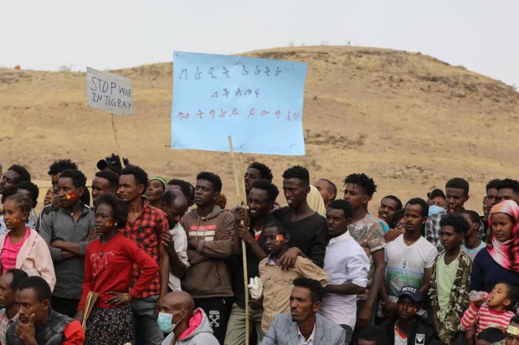 I rifugiati etiopi si riuniscono per celebrare il 46 ° anniversario del Fronte di liberazione del popolo del Tigray al campo profughi di Um Raquba a Gedaref, Sudan orientale, il 19 febbraio 2021. [HUSSEIN ERY / AFP via Getty Images]