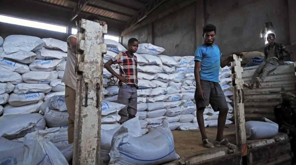 Gli aiuti alimentari per il Tigray vengono scaricati in un magazzino a Mai Tsebri, 26 giugno 2021. Centinaia di migliaia di persone affrontano la carestia nella regione. (REUTERS)