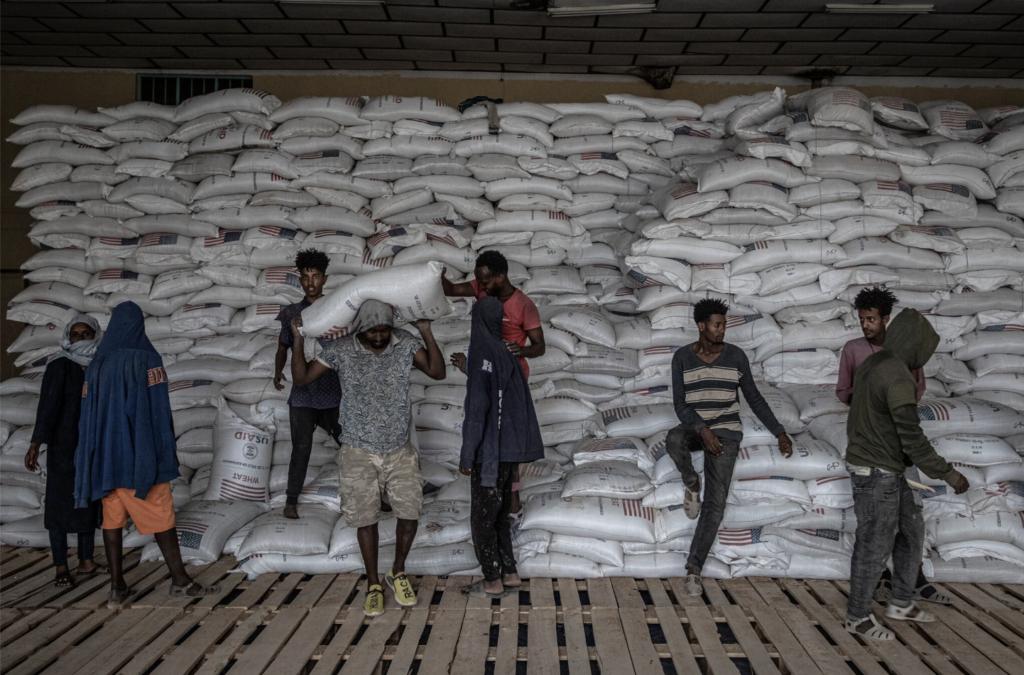 Distribuzione di cibo d'emergenza nella città di Mekelle, nella regione settentrionale del Tigray, il mese scorso.