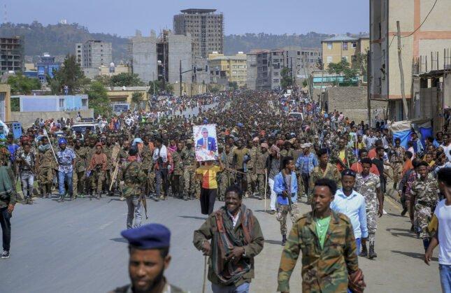 In questa foto di file di venerdì 2 luglio 2021, i membri catturati della Forza di difesa nazionale etiope vengono fatti marciare per le strade verso la prigione sotto scorta dalle forze del Tigray mentre centinaia di residenti guardano, a Mekele, nella regione del Tigray, nel nord dell'Etiopia. (Foto AP, file)