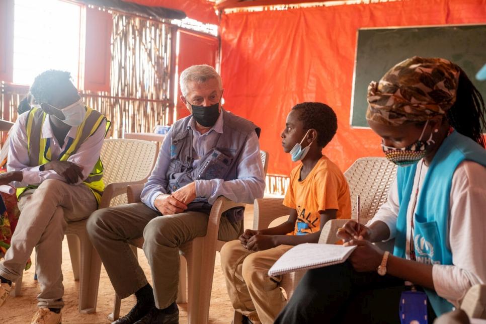 L'Alto Commissario, Filippo Grandi, parla con un ragazzo etiope rifugiato nel campo sudanese di Um Rakuba. © UNHCR/Samuel Otieno